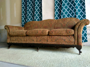 Embroidered classic sofa, excellent condition.Delivery available