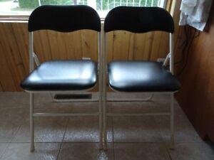 2 chaises pliantes noires et blanches