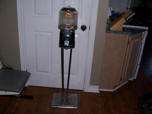 Beaver Pedestal Base 25 Cent Gum Machine With Key