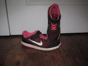 Girls Nike sneakers size 3 - in good condition!