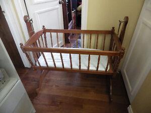 magnifique berceau et balancoir pour bebe $75.00 ch 450-661-3170