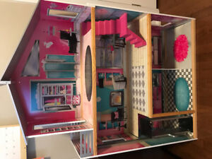 PINK BARBIE WOODEN DOLLHOUSE! With furniture!Only slightly used!