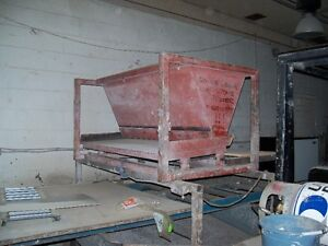 Hopper with vibrating feeder table