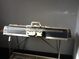 KNITTING MACHINE AND RIBBER WITH TABLE