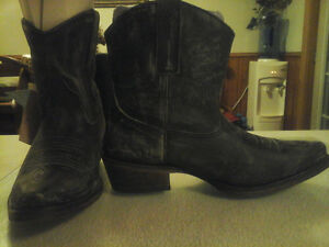New still in box cowboy boots,8 1/2 medium width