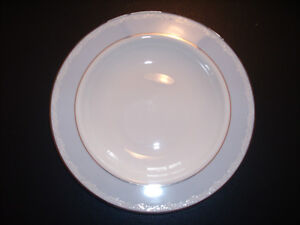 Brand New Lenox Hope placeware with Kirk  Stieff silverware West Island Greater Montréal image 5