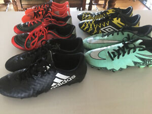 Plusieurs souliers de soccer,10 $ chacun