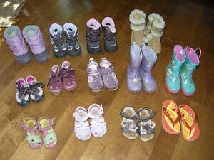 Lot de souliers, bottes et sandales pour filles