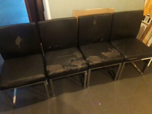 POUR BRICOLEURS: 4 chaises maison corbeil