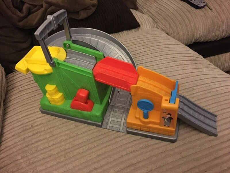 Thomas the tank engine and friends action tracks trackmaster take and playin Dartford, KentGumtree - Used track playset in very good condition. The yellow level at the back turns the yellow turntable, the red lever raises and lowers the red bridge and the blue sign twists to raise the blue barrier