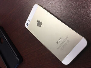 Iphone 5S 16GB - Bell/Virgin - Gold with 4 cases