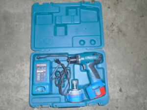 Perceuse MAKITA 3/8 en excellente condition .