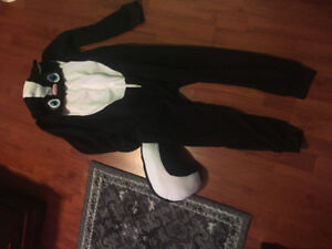 Skunk pyjamas with hoodie for youth. Size large (14)