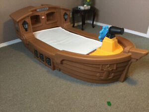 Child pirates boat bed