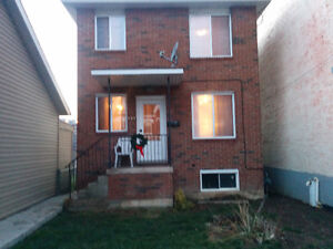 Top two Floors of New House, 6bdr, 2bth, Prkng, Balcony,BBQ,