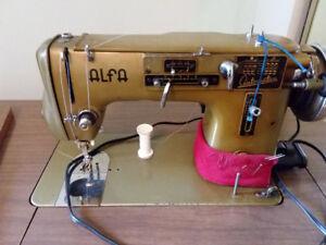 Machine à coudre Alfa à vendre avec meuble, antique