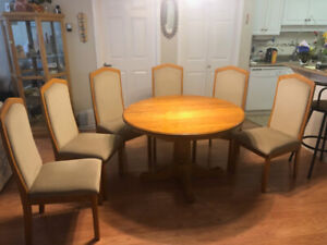 Oak pedestal dining room table, 2 leaves and 6 matching chairs