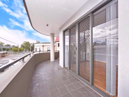 2 Rooms available for in a Luxury unit in Toongabbie