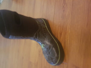 Boys size 2 youth insulated rain boots