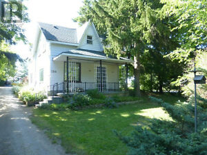 Beautiful home/cottage (pool, private corner lot, Meaford)