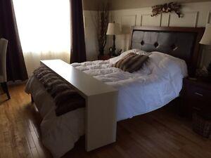 Table pour lit sur roulettes