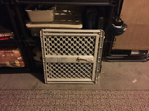 Expandable baby gate