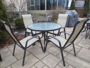 Ensemble patio, table ronde et 4 chaises haut dossier.