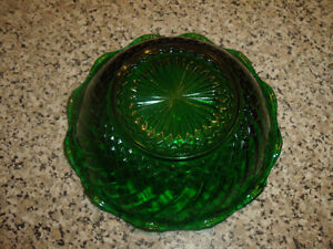 Vintage Anchor Hocking Glass Bowl in Emerald Green. West Island Greater Montréal image 2