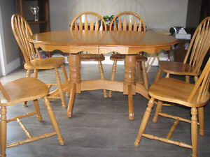 Table, 6 chairs, 2 extensions, 2 bar stools.