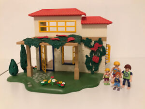 Fabulous Playmobil vacation home and family!