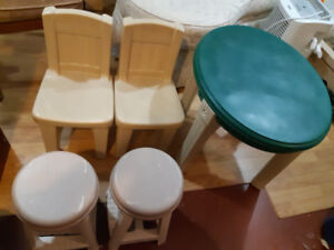 Child table w 4chairs