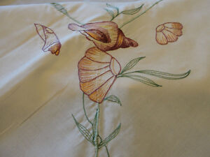 "NEW - Emroidered Dinning Tablecloth  (66"" X 50"") with 6 napkins Kitchener / Waterloo Kitchener Area image 3"