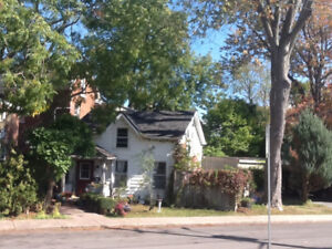2 bed Victorian cottage near city park and waterfront downtown