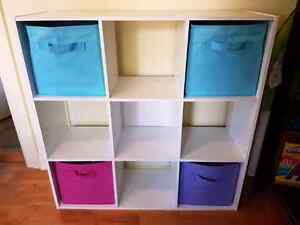 Bibliothèque en cubes avec paniers