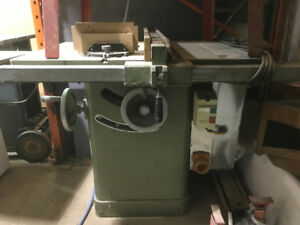 Contraktor's table saw and dust collector