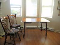 4 chaises et une table (avec une rallonge)