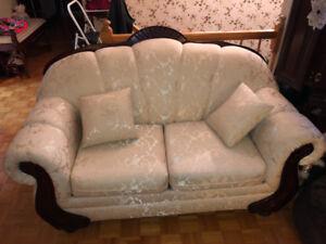 Sofa blanc deux places en parfait état , aucune tache