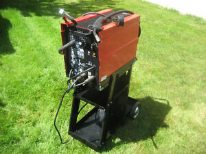 SOUDEUSE MIG WELDER AVEC / WITH RAC (COMME NEUF) (LIKE NEW)