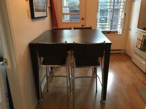 Table de cuisine + 4 chaises hautes
