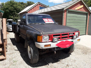 1986 Toyota 4x4 BLOWN REAR DIFF comes with parts truck STANDARD