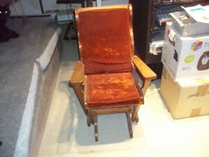 Rocking chair for a kid.   Chaise bercante pour enfant.