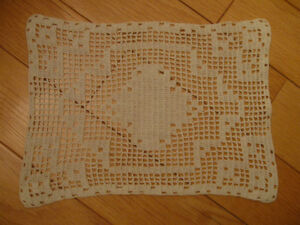 CHARMING OLD VINTAGE PARLOUR DOILY in ECRU