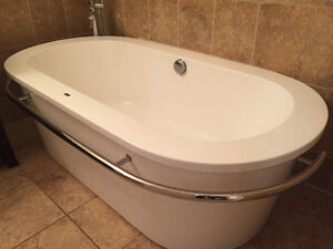 Excellent condition free standing soaker tub