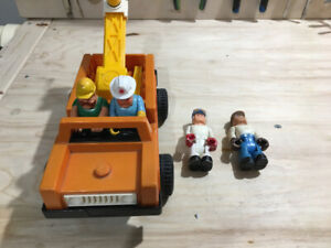 FISHER PRICE CONSTRUCTION VINTAGE TOW TRUCK PICKUP