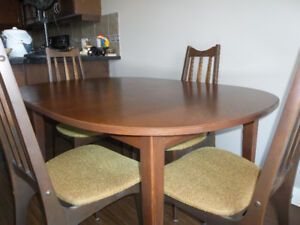 Vintage dining table with two center leafs and four chairs