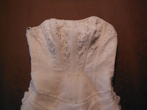 BEAUTIFUL WEDDING DRESS FOR SALE Campbell River Comox Valley Area image 4