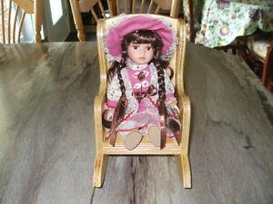 Poupée porcelaine et chaise  450-994-2242
