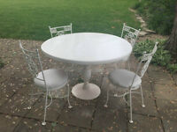 LARGE ROUND VINTAGE HAUSER DINING TABLE & 4 BISTRO CHAIRS