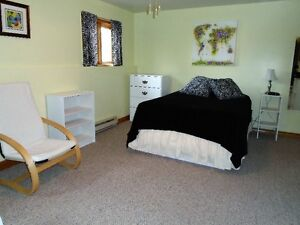 A LARGE, PRIVATE & CLEAN BED/SITTING ROOM