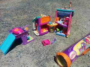 Magnetic Polly Pocket set with house, garage and magnetic mat